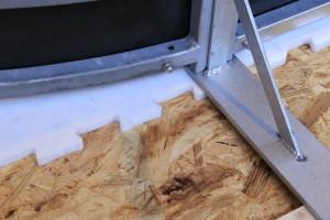 Kunststoff-Eis benötigt keinen speziellen Unterbau, eine ebene Fläche genügt.